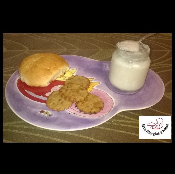 Iogurte caseiro de côco, com Bolacha tipo Maria Integral e Pão de Leite Vegan
